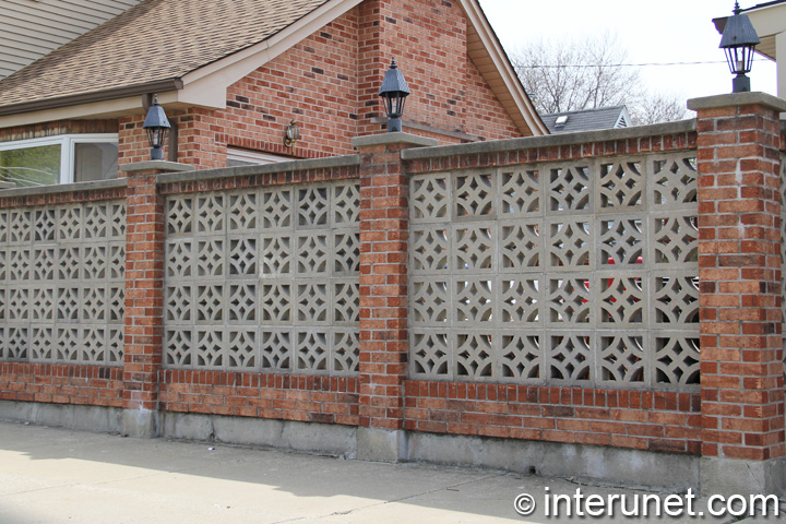 Brick fence with concrete blocks and lights on pillars | interunet