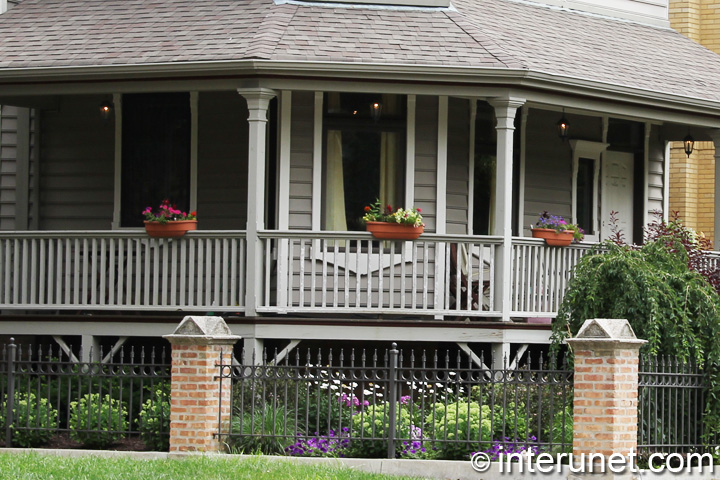 spacious-covered-front-porch