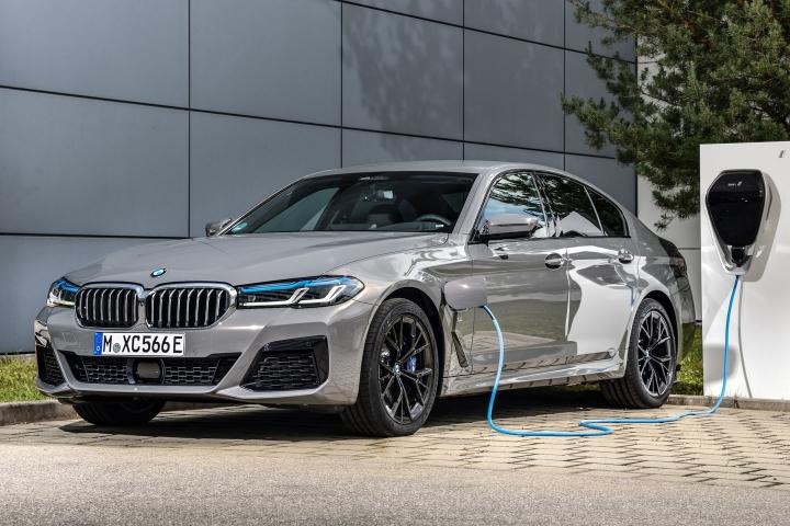 2021 BMW 545e xDrive Sedan charging