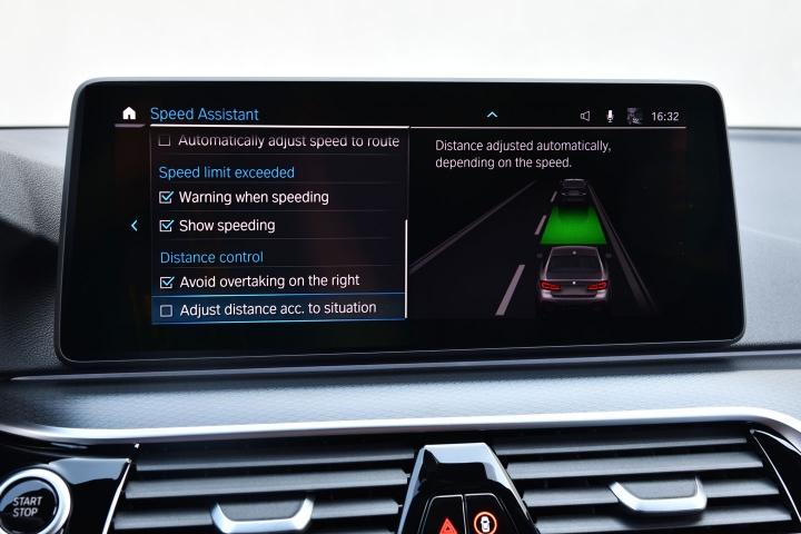 2021 BMW 545e xDrive Sedan dash panel