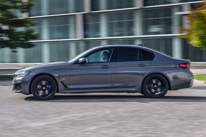 2021 BMW 545e xDrive Sedan left side