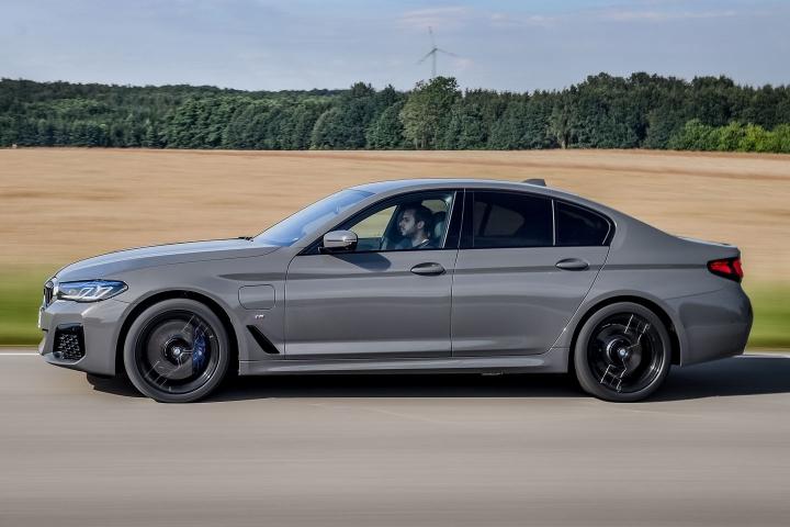 2021 BMW 545e xDrive Sedan side driving