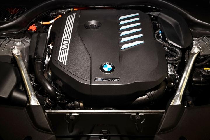2021 BMW 545e xDrive Sedan engine