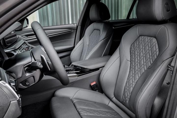 2021 BMW 545e xDrive Sedan front seats