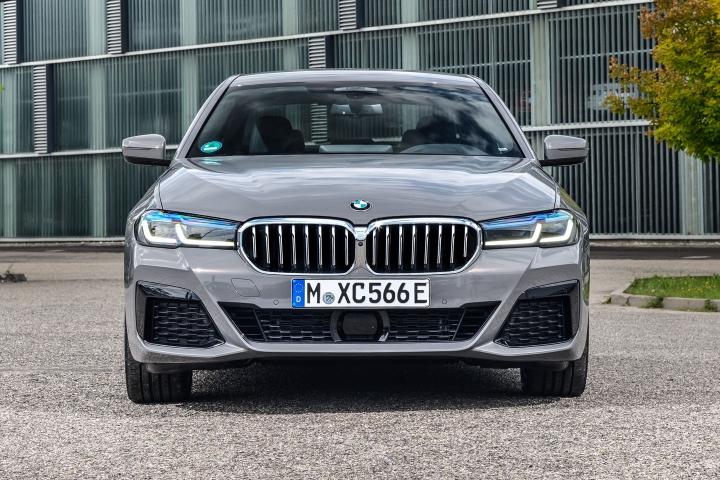2021 BMW 545e xDrive Sedan front