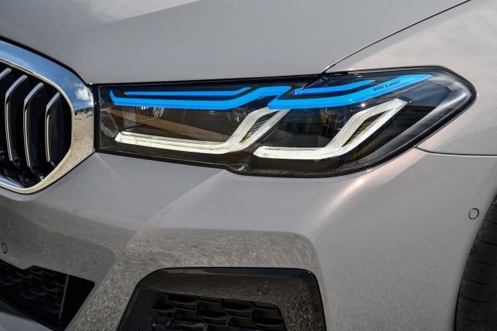 2021 BMW 545e xDrive Sedan headlights