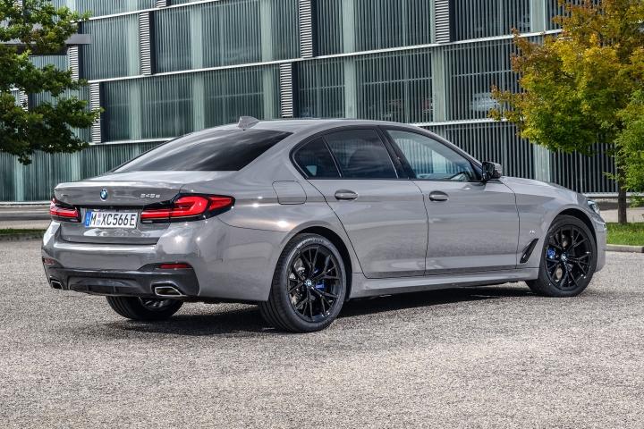 2021 BMW 545e xDrive Sedan right rear