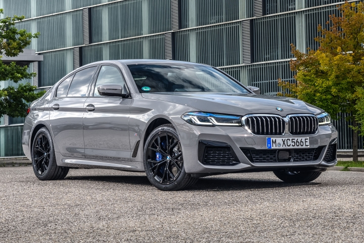 2021 BMW 545e xDrive Sedan right front