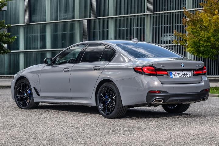 2021 BMW 545e xDrive Sedan left rear