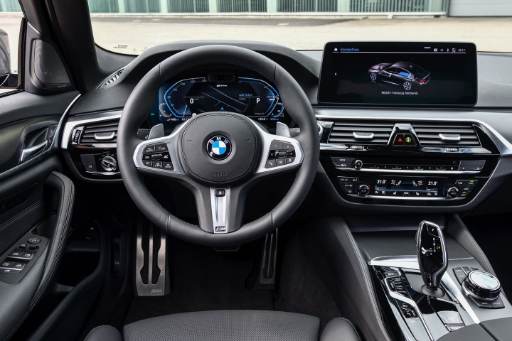 2021 BMW 545e xDrive Sedan steering wheel