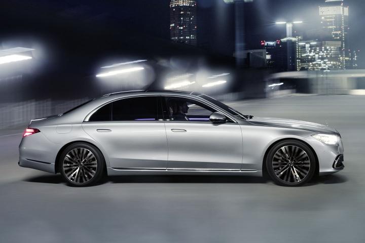 2021-Mercedes-Benz-S-Class-city-drive