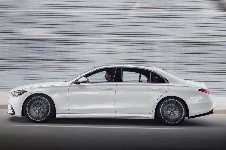 2021-Mercedes-Benz-S-Class-driving