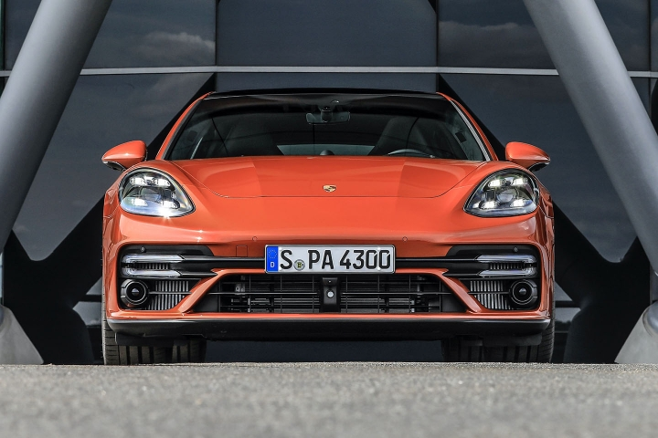 2021-Porsche-Panamera-Turbo-S-front-view