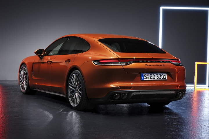 2021-Porsche-Panamera-Turbo-S-rear-side