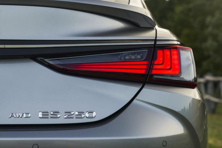 2021_Lexus_ES_250_AWD_F_Sport_tail_lights