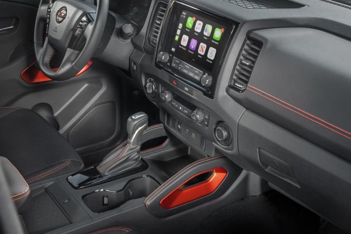 Nissan_Frontier_2022_Center_Panel