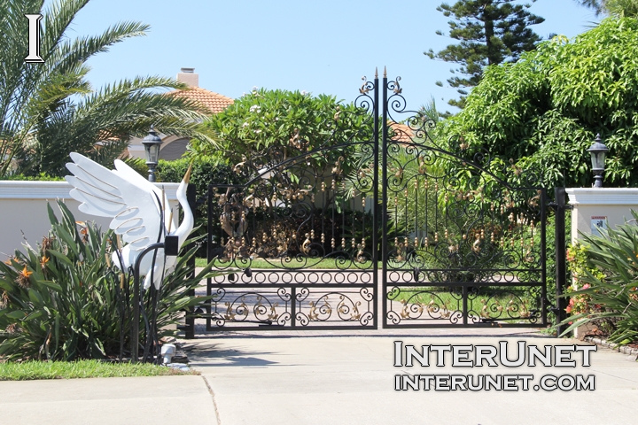 custom-welded-gates-with-white-heron-sculpture