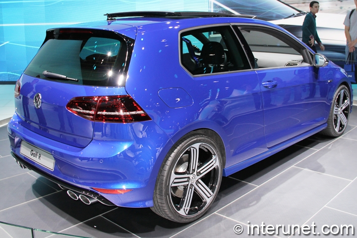 2015-Volkswagen-Golf-R-rear-side-view