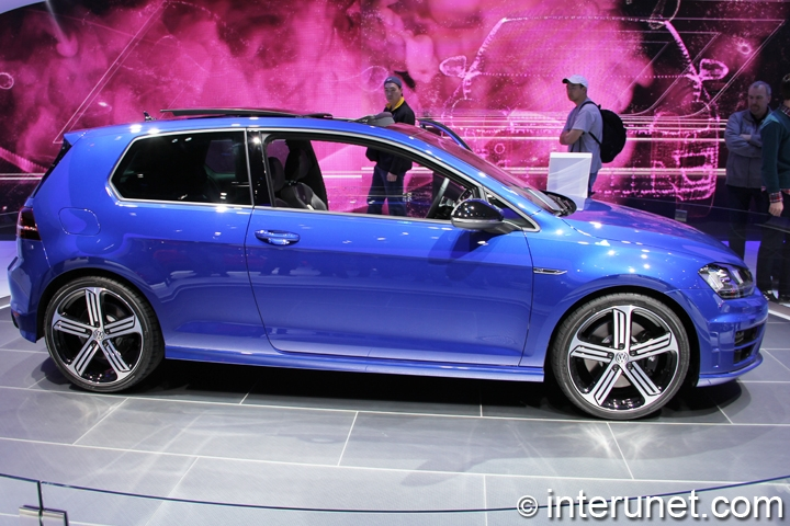 2015-Volkswagen-Golf-R-side-view