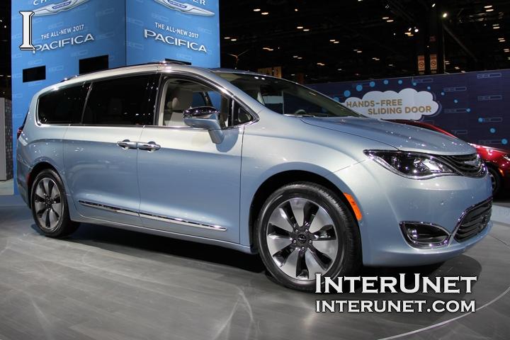 2017-Chrysler-Pacifica-Hybrid-front