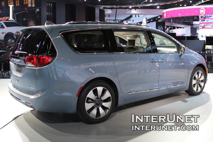2017-Chrysler-Pacifica-Hybrid-rear-side