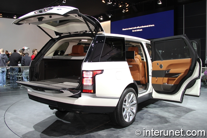 2014-Range-Rover-Long-Wheelbase-rear-view-with-doors-opened