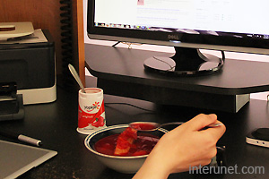 eating-in-front-computer-in-home-office