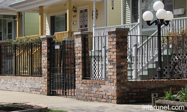 Front yard brick fence picture interunet for Brick fence designs plans