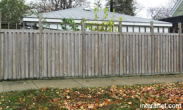 Old wood privacy fence picture interunet for Old wooden fence ideas