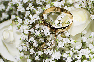wedding-rings-on-white-flowers